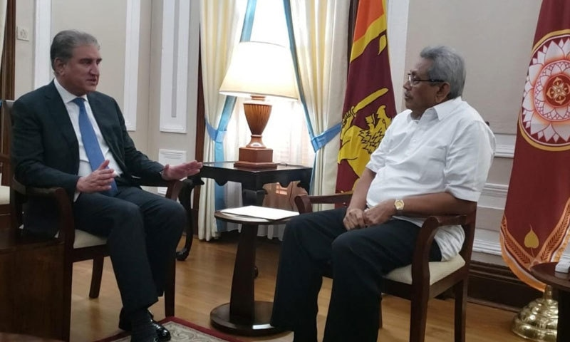 شاہ محمود قریشی نے  سری لنکا  کے صدر کو پاکستانی ہم منصب عارف علوی کی جانب سے تہنیتی خط بھی دیا— فوٹو: نوید صدیقی