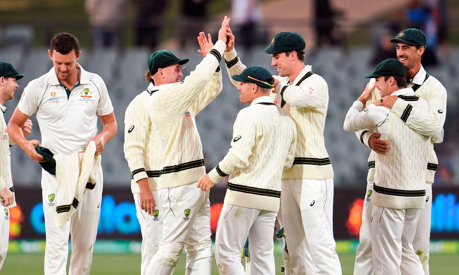 میچ میں فتح کے بعد آسٹریلین کرکٹرز ایک دوسرے کو مبارکباد دے رہے ہیں— فوٹو: اے ایف پی