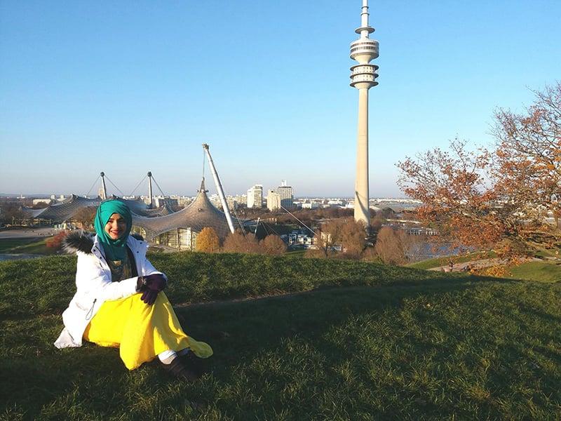 معصومہ جرمنی کے شہر میونخ کےاولمپیا پارک میں بیٹھی ہیں
