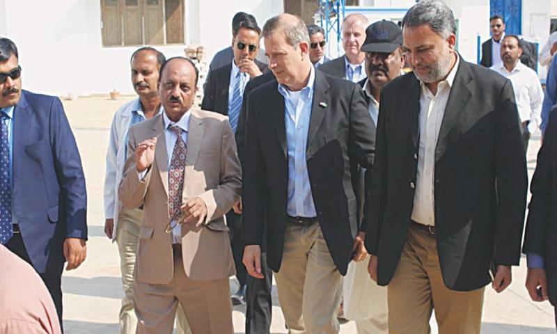 US Consul General Robert Silberstein visits Islamkot's rural health centre in Tharparkar on Thursday.—Dawn