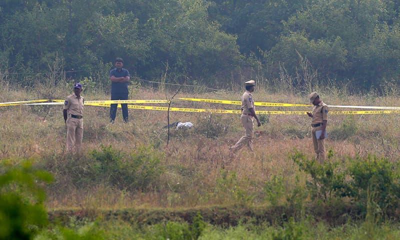 صبح 6 سے ساڑھے 6 بجے کے قریب اہلکار قتل کے واقعے کی تفتیش کے لیے جائے وقوع پر آئے تھے —تصویر: اے پی