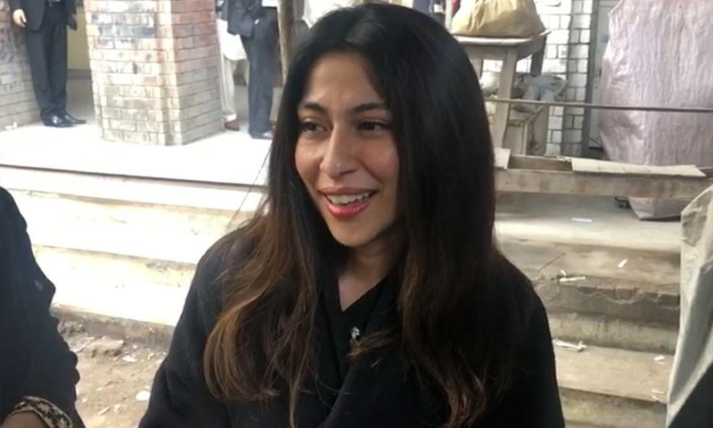 میشا شفیع اپنی والدہ کے ہمراہ عدالت میں پیش ہوئیں — فوٹو: ڈان نیوز