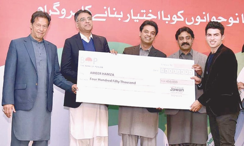 ISLAMABAD: Prime Minister Imran Khan distributing cheques at a ceremony under Kamyab Jawan Programme.—APP