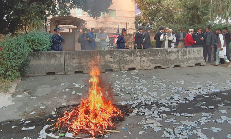 ISLAMABAD: Protesters burn copies of Dawn outside its offices on Friday.—Tanveer Shahzad / White Star