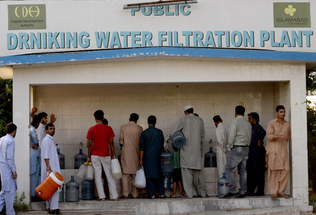 People wait for their turn at a water filtration plant in F-6 | Mohammad Asim/White Star