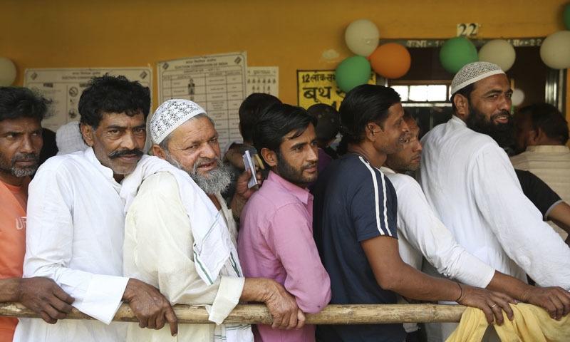 بھارتی انتخابات کے دوران ووٹرز اپنی باری کا انتظار کرتے ہوئے—فائل فوٹو: اے پی