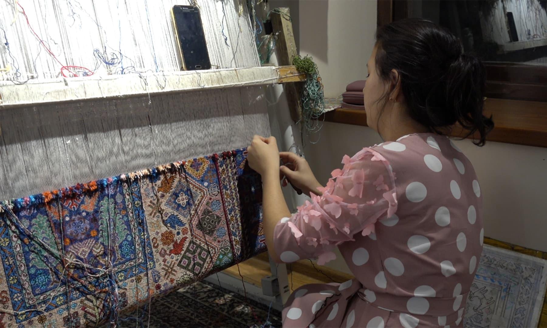 آج بھی بخارا کی اس فیکٹری میں خواتین اپنے اس ہنر کو استعمال کرتی نظر آتی ہیں