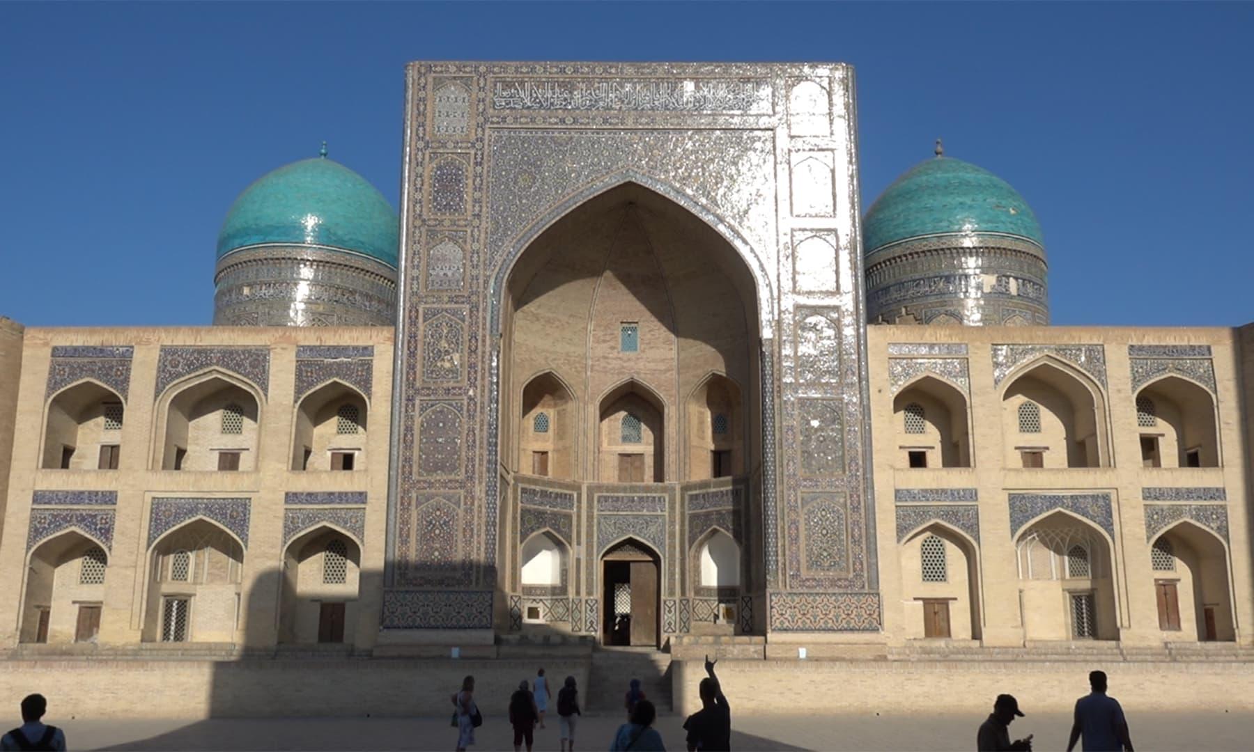 مسجد کے دونوں اطراف 2 بڑے، نیلے رنگ کے دیدہ زیب گنبد موجود ہیں