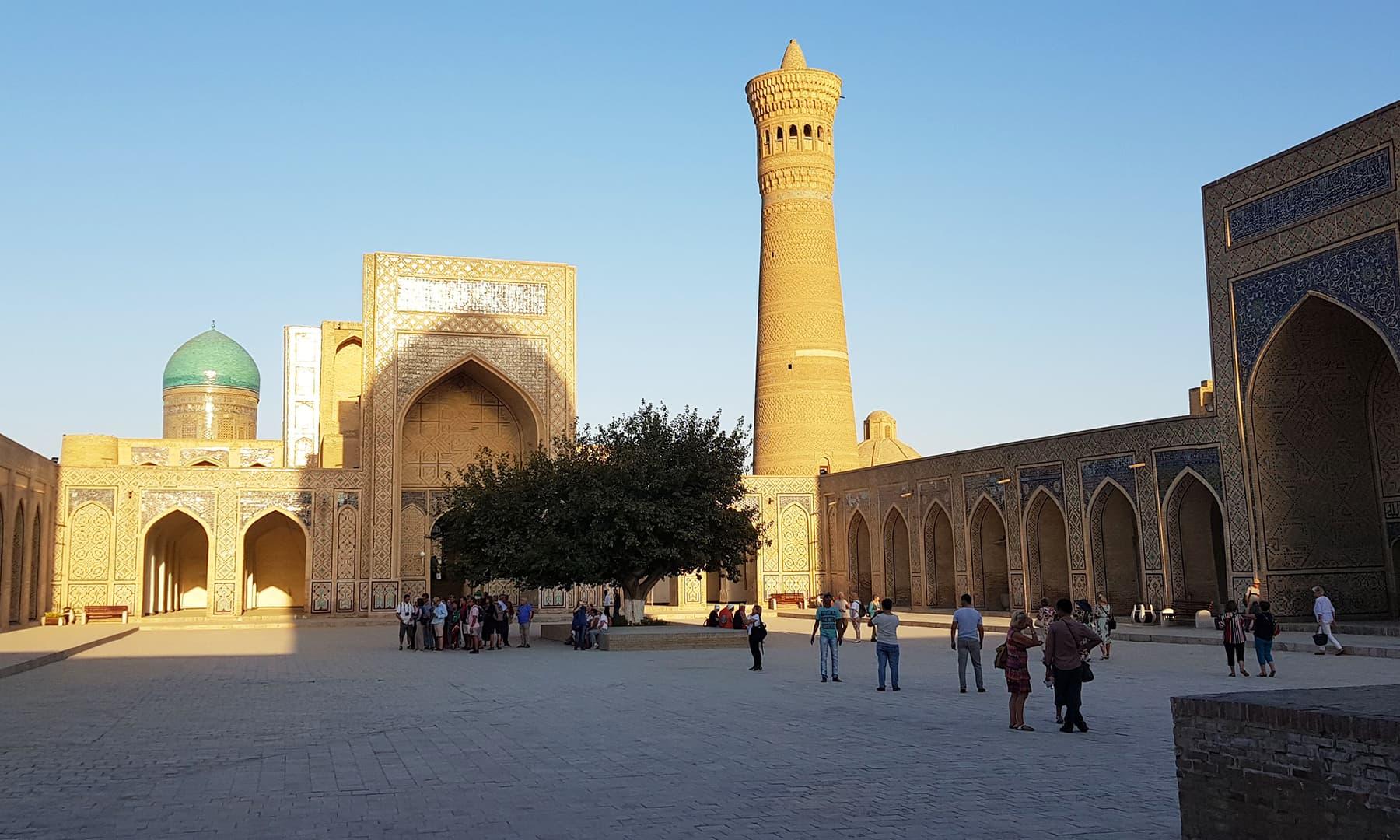 تقریباً 9 صدی پرانا یہ بلند مینار شہر کی پہچان ہے