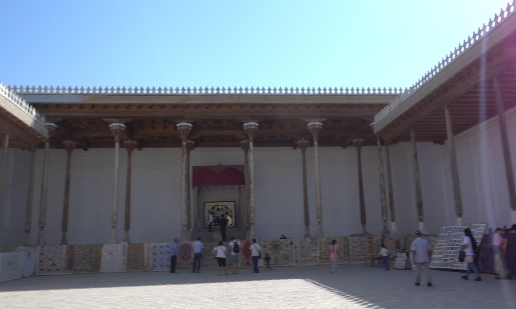 بخارا کے قدیم شہر میں قائم اس یہودی عبادت خانے میں آج بھی باقاعدگی سے عبادتوں کا انعقاد کیا جاتا ہے