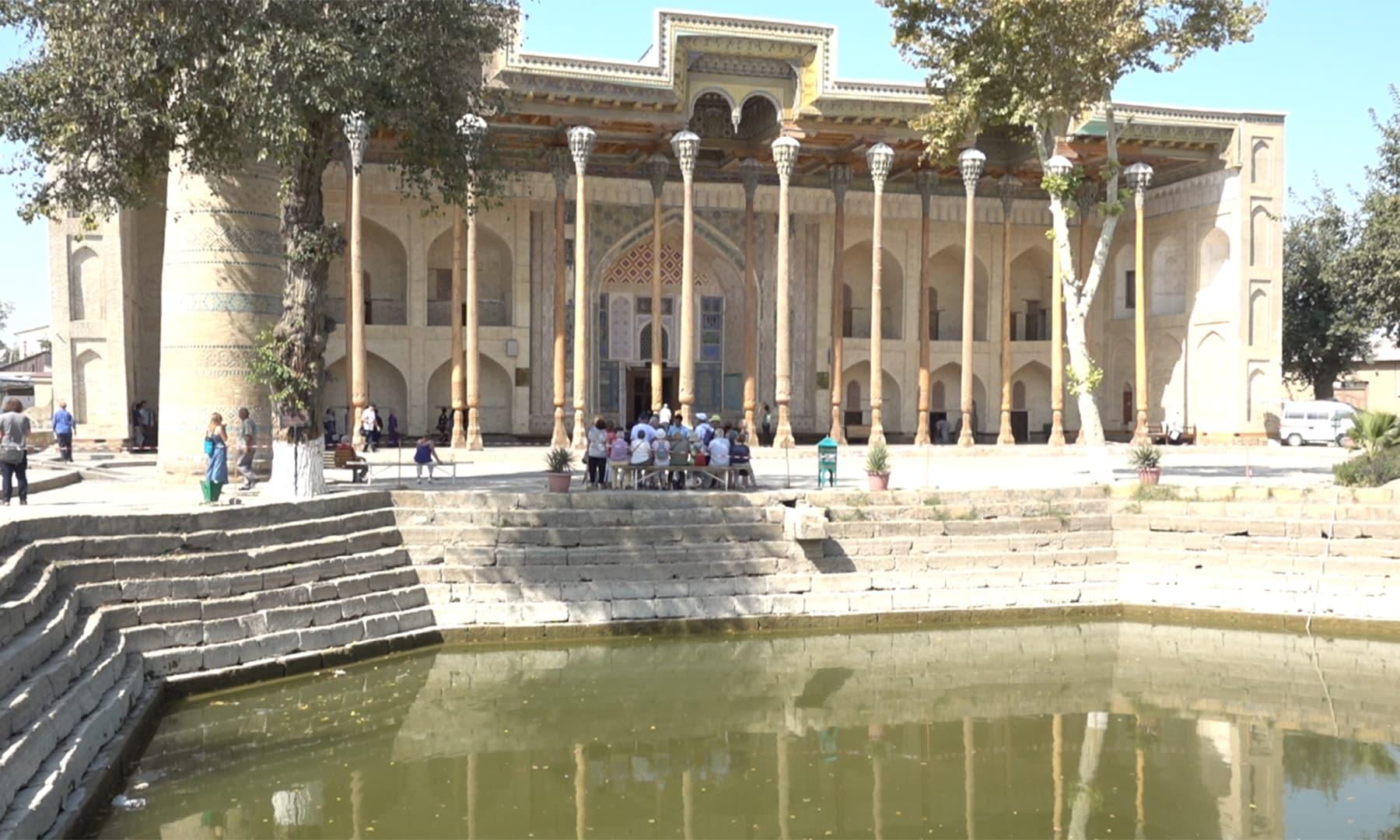 مسجد کے عین سامنے ایک حوض ہے اور مسجد کے برآمدے میں لکڑی کے 20 ستون نصب ہیں