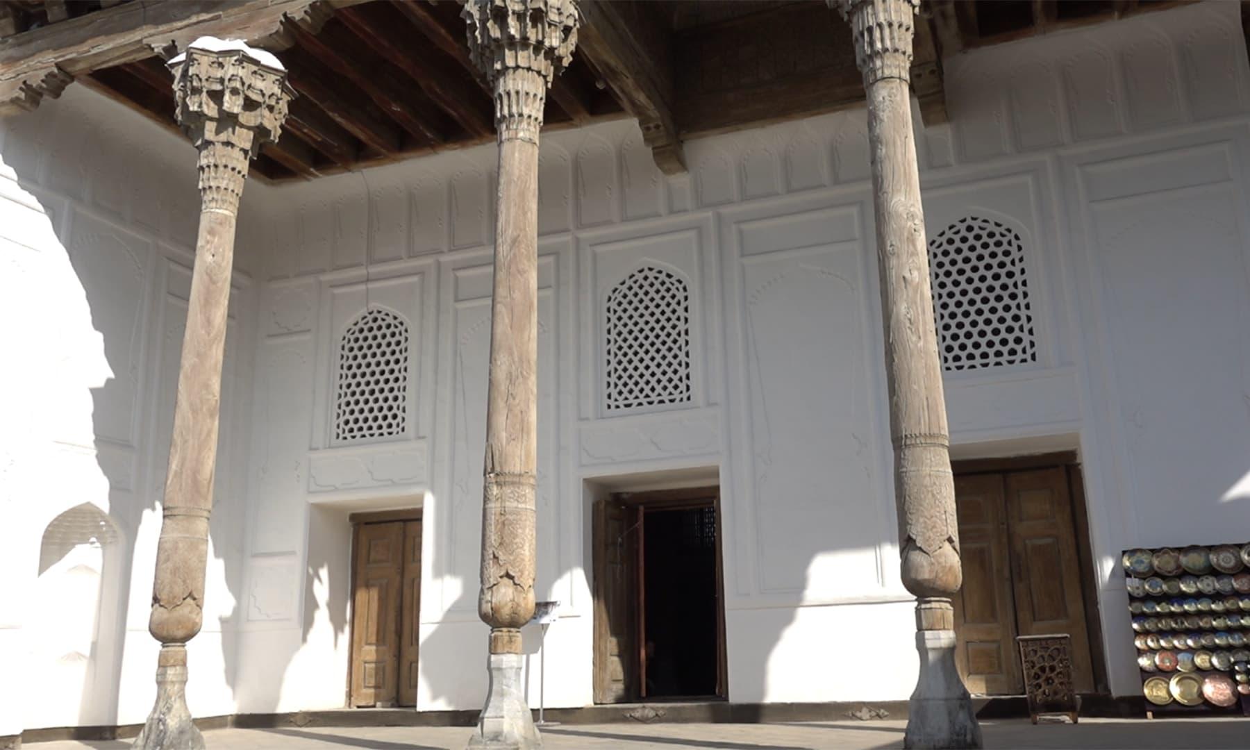 یہاں سے ہم نے سڑک پار کی اور قلعے کے بالکل سامنے 'بولو حوض مسجد' پہنچ گئے