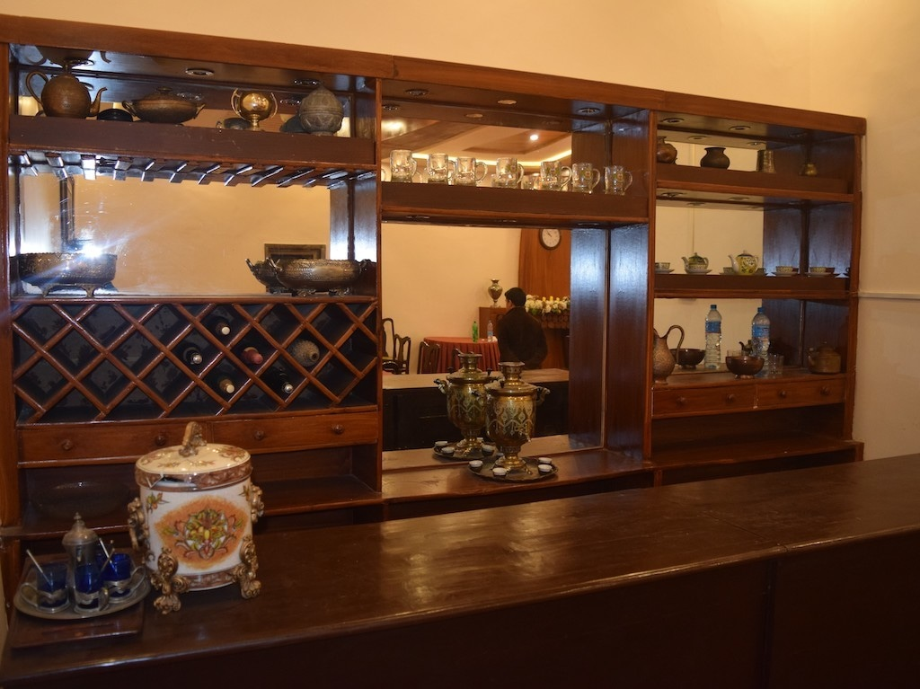 The bar with the samovar in the centre.