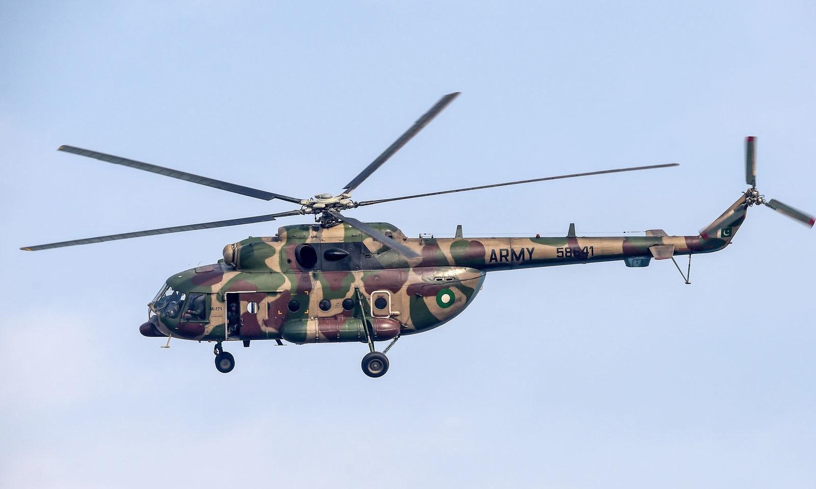 سری لنکن ٹیم کی پریکٹس کے دوران پاک فوج کا ہیلی کاپٹر گراونڈ کی نگرانی کرتا رہا— فوٹو: اے ایف پی