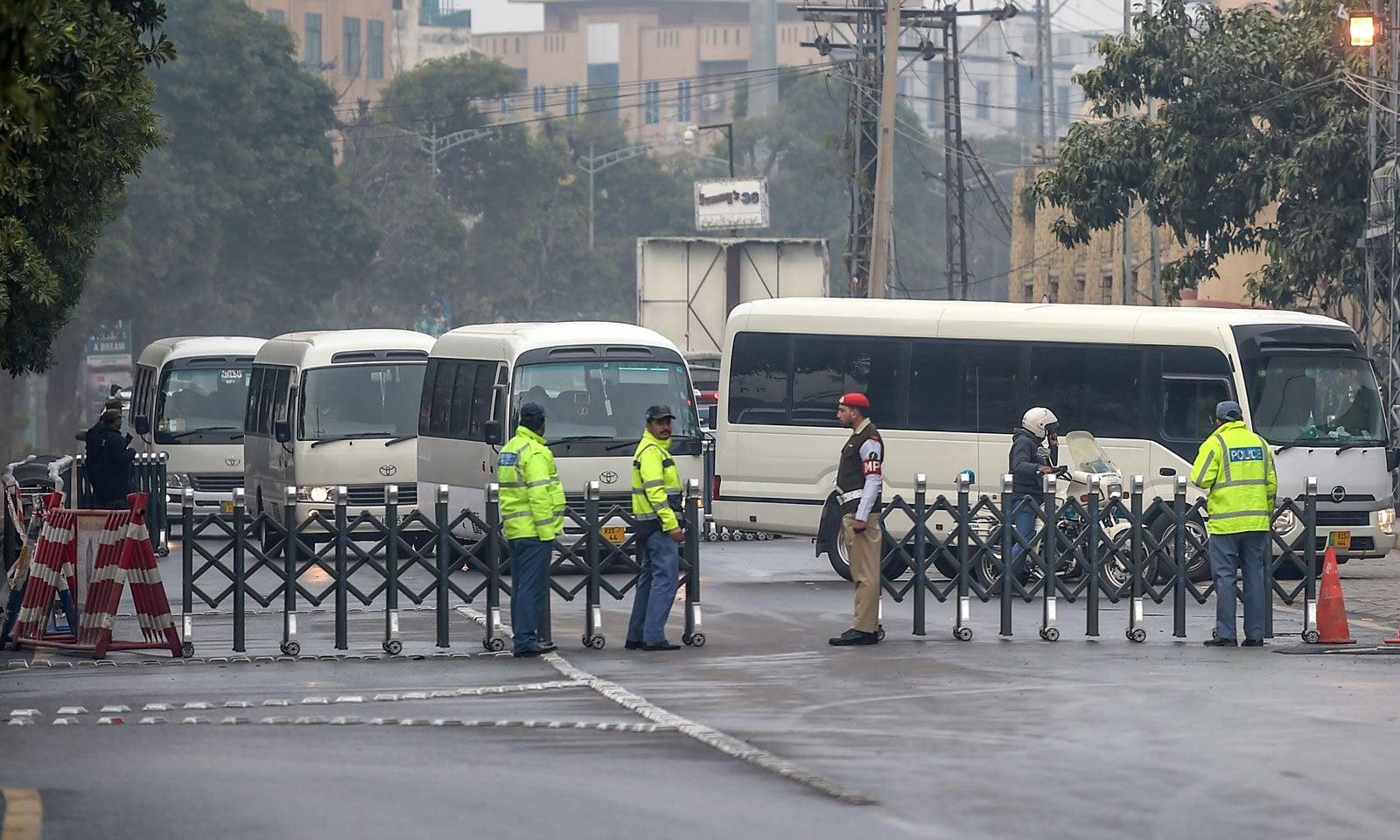 سری لنکن ٹیم کو سخت سیکیورٹی کے سائے میں راولپنڈی کرکٹ اسٹیڈیم پہنچایا گیا— فوٹو: اے ایف پی