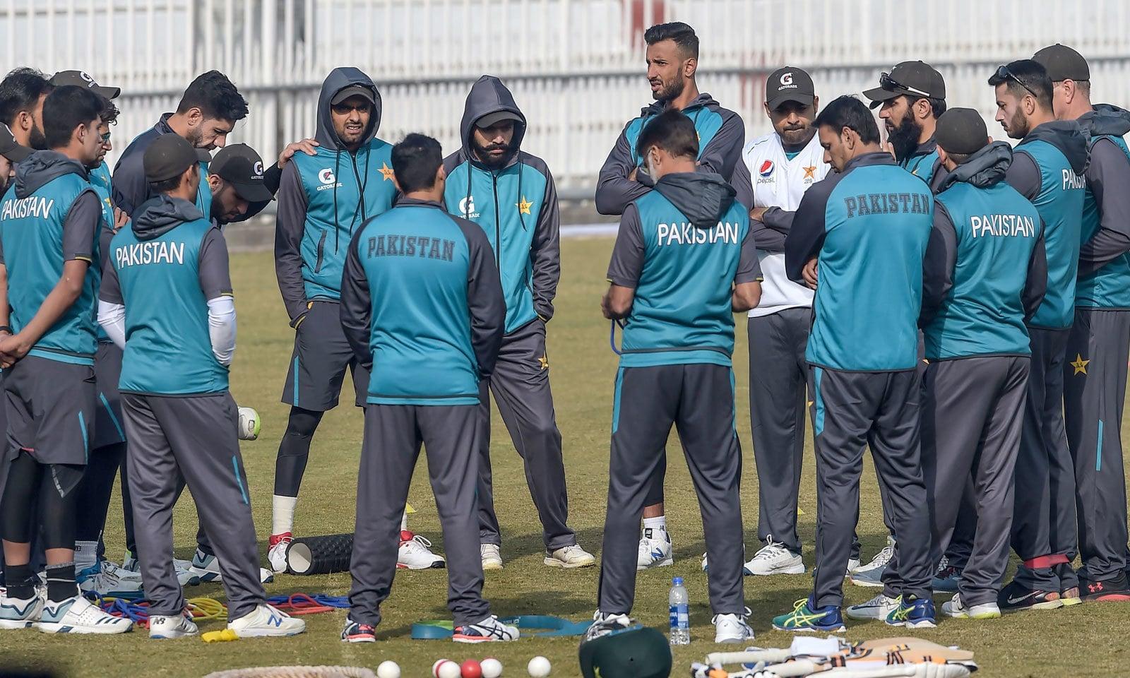 قومی ٹیم کے ہیڈ کوچ مصباح الحق کھلاڑیوں کو اہم مشورے دے رہے ہیں— فوٹو: اے ایف پی