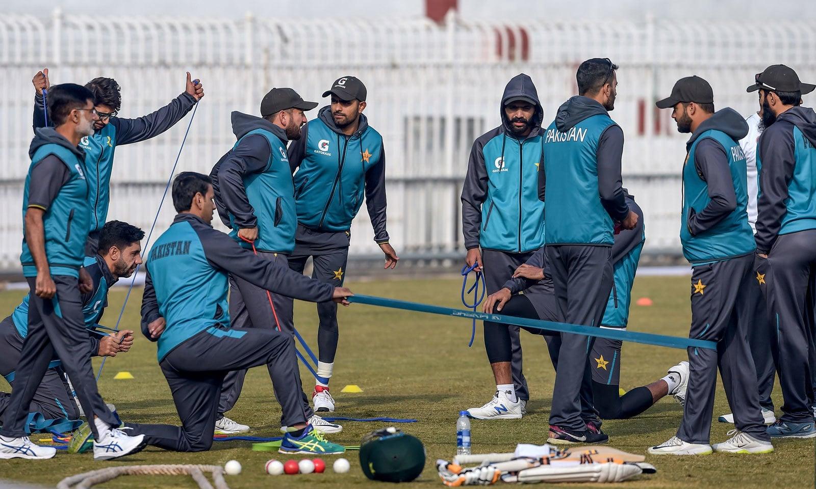 پاکستانی کھلاڑی میچ سے قبل ٹریننگ کر رہے ہیں— فوٹو: اے ایف پی