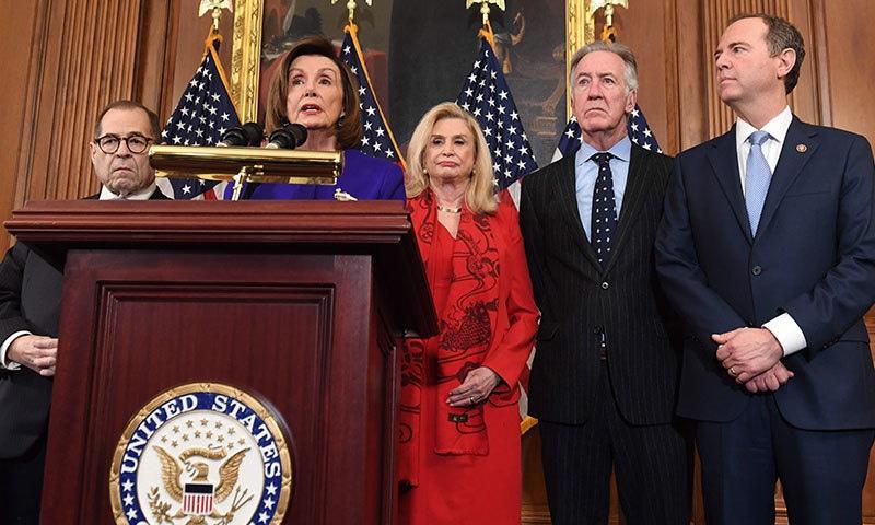 امریکی ایوان نمائندگان کی اسپیکر نینسی پیلوسی، کمیٹی کے چیئرمین  اور دیگر اراکین نے الزامات کا اعلان کیا—فوٹو:اے ایف پی