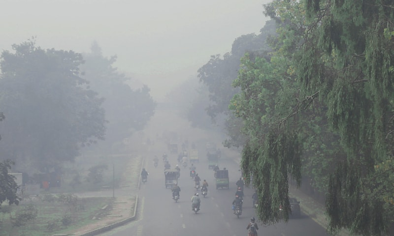 LAHORE: A view of Canal Road blanketed by smog on Tuesday. — Aun Jafri / White Star