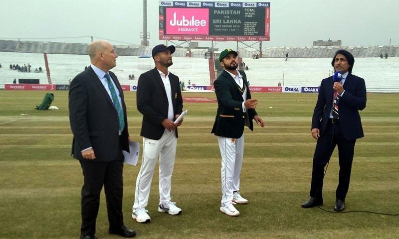پاکستان کے کپتان اظہر علی ٹاس کا سکہ اچھا رہے ہیں— تصویر بشکریہ ریڈیو پاکستان