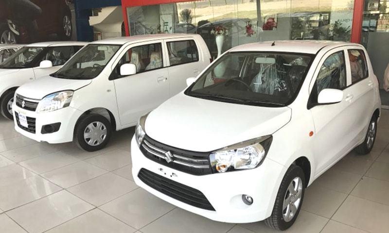 کاروں کی فروخت کم ہونے سے کمپنیز نے پیداوار میں کمی کردی—فوٹو: ڈان اخبار