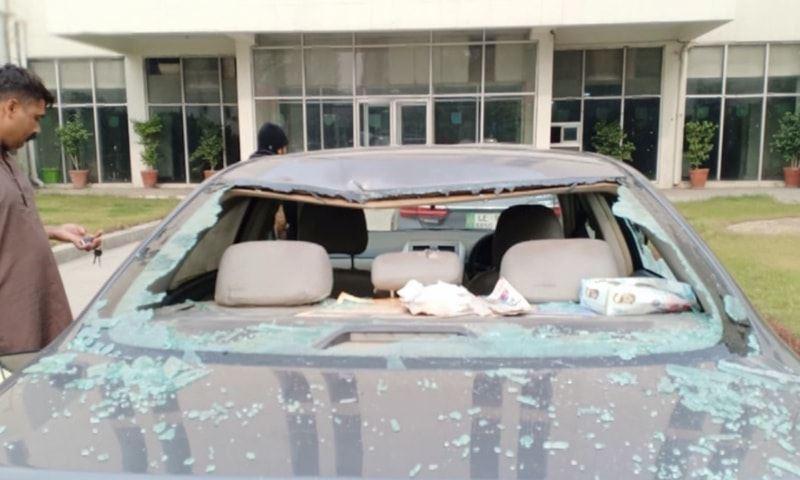 وکلا نے ہسپتال کے باہر کھڑی گاڑیوں کو توڑ پھوڑ کا نشانہ بنایا—تصویر: ڈان نیوز