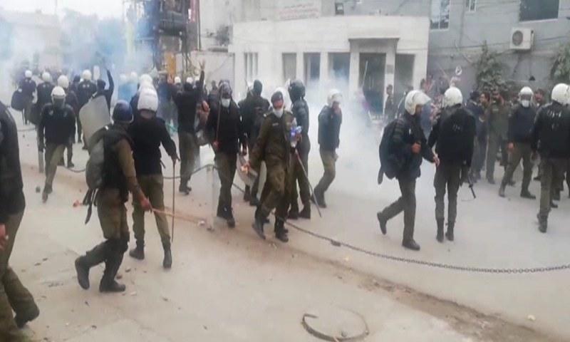 وکلا کو منتشر کرنے کے لیے پولیس نے لاٹھی چارج کیا اور آنسو گیس کےشیل برسائے—تصویر: ڈان نیوز