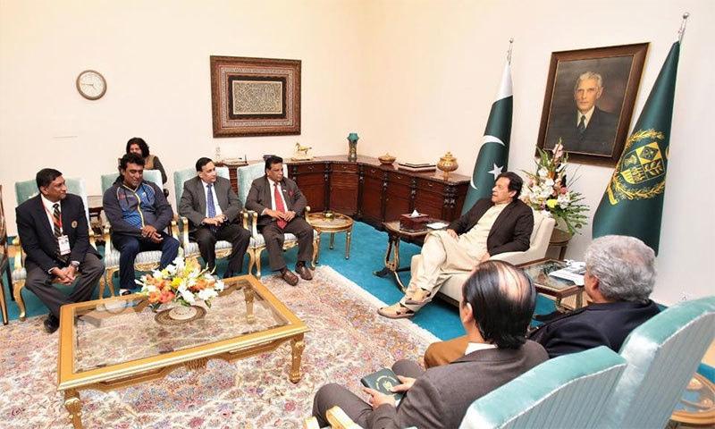 وزیر اعظم عمران خان نے سری لنکن ٹیم کے آفیشلز سے ملاقات کی— تصویر بشکریہ فیس بک