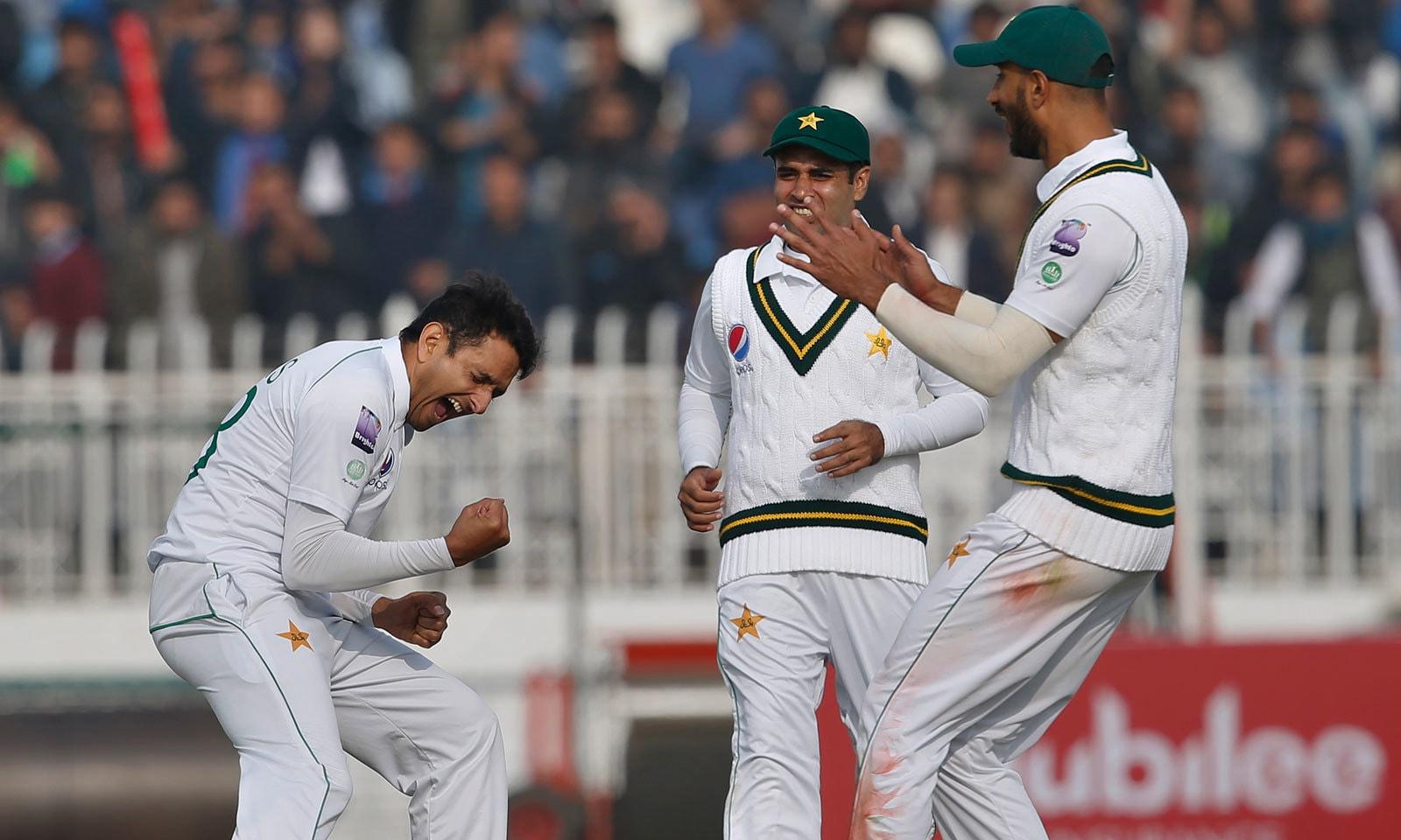 محمد عباس نے ایک شاندار آؤٹ سوئنگ گیند پر دنیش چندیمل کی اہم وکٹ حاصل کی— فوٹو: اے پی