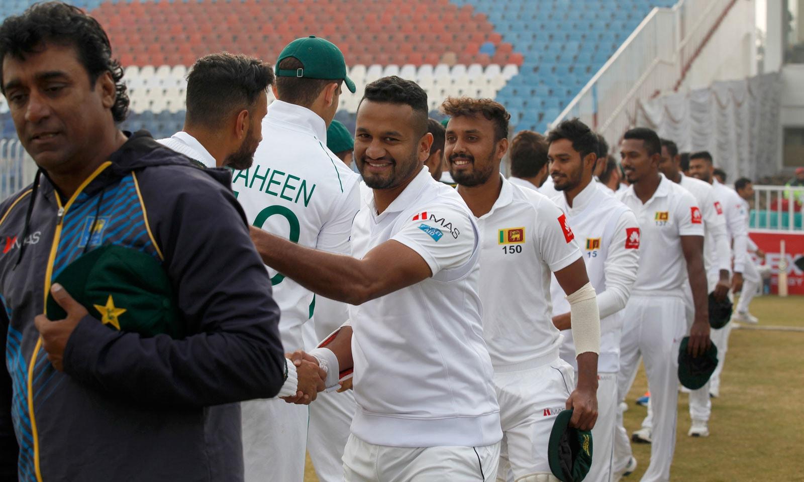 سری لنکن کرکٹ ٹیم کے کھلاڑیوں کو پاکستان کی اعزازی ٹیسٹ کیپ دی گئی — فوٹو: اے ایف پی