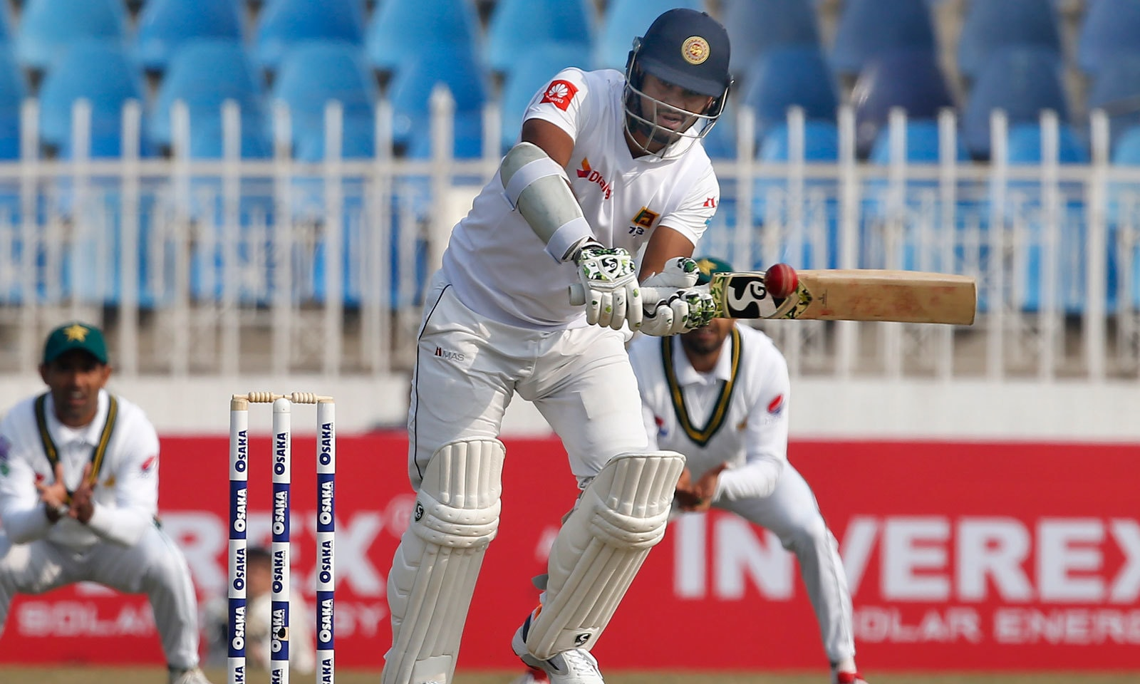 سری لنکن کپتان دمتھ کرونارتنے نے نصف سنچری اسکور کرتے ہوئے 59رنز بنائے— فوٹو: اے پی