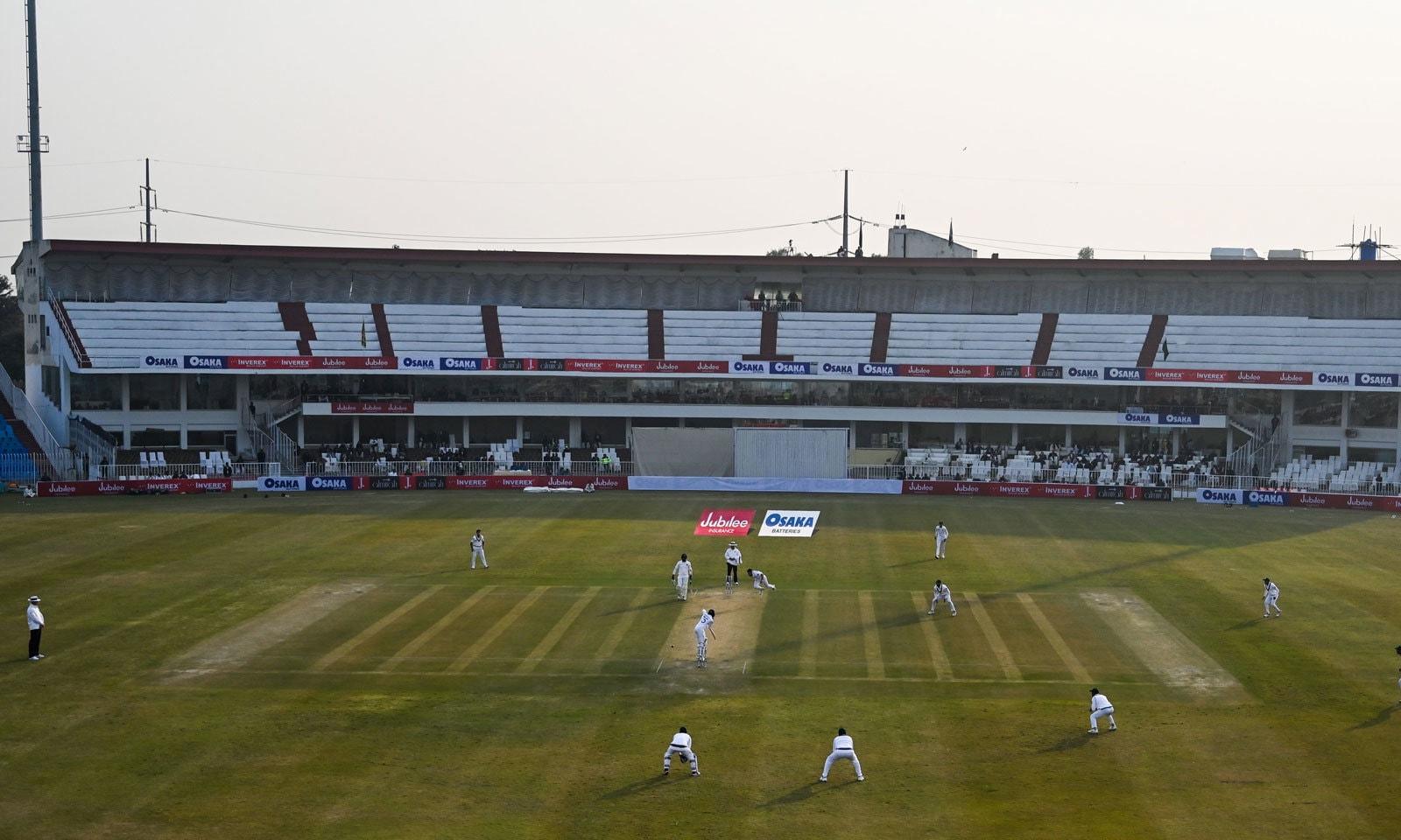 پاکستان کے میدانوں پر 10سال بعد ٹیسٹ کرکٹ بحال ہوئی— فوٹو: اے پی