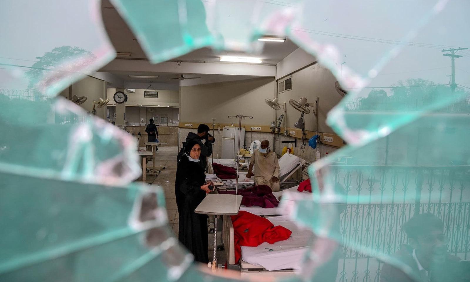 وکلا نے نہ صرف ہسپتال پر پتھر برسائے بلکہ ہسپتال کی ایمرجنسی کے شیشے توڑے — فوٹو: اے ایف پی