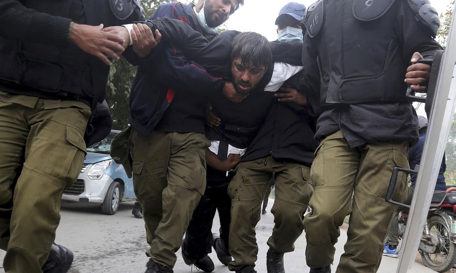 پولیس نے حالات پر قابو پانے کے لیے کئی افراد کو حراست میں بھی لیا — فوٹو: اے پی