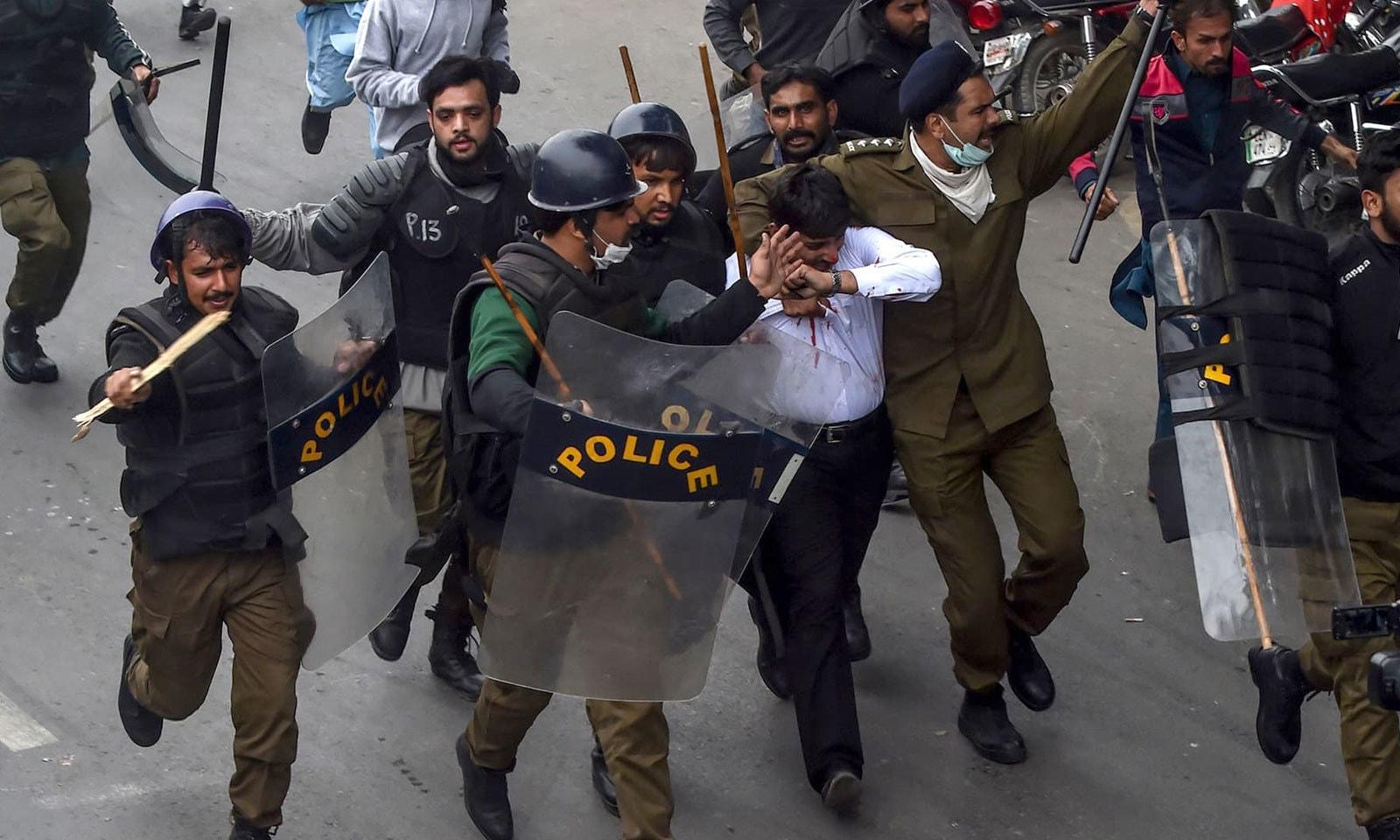 پولیس نے حالات پر قابو پانے کے لیے کئی افراد کو حراست میں بھی لیا — فوٹو: اے ایف پی