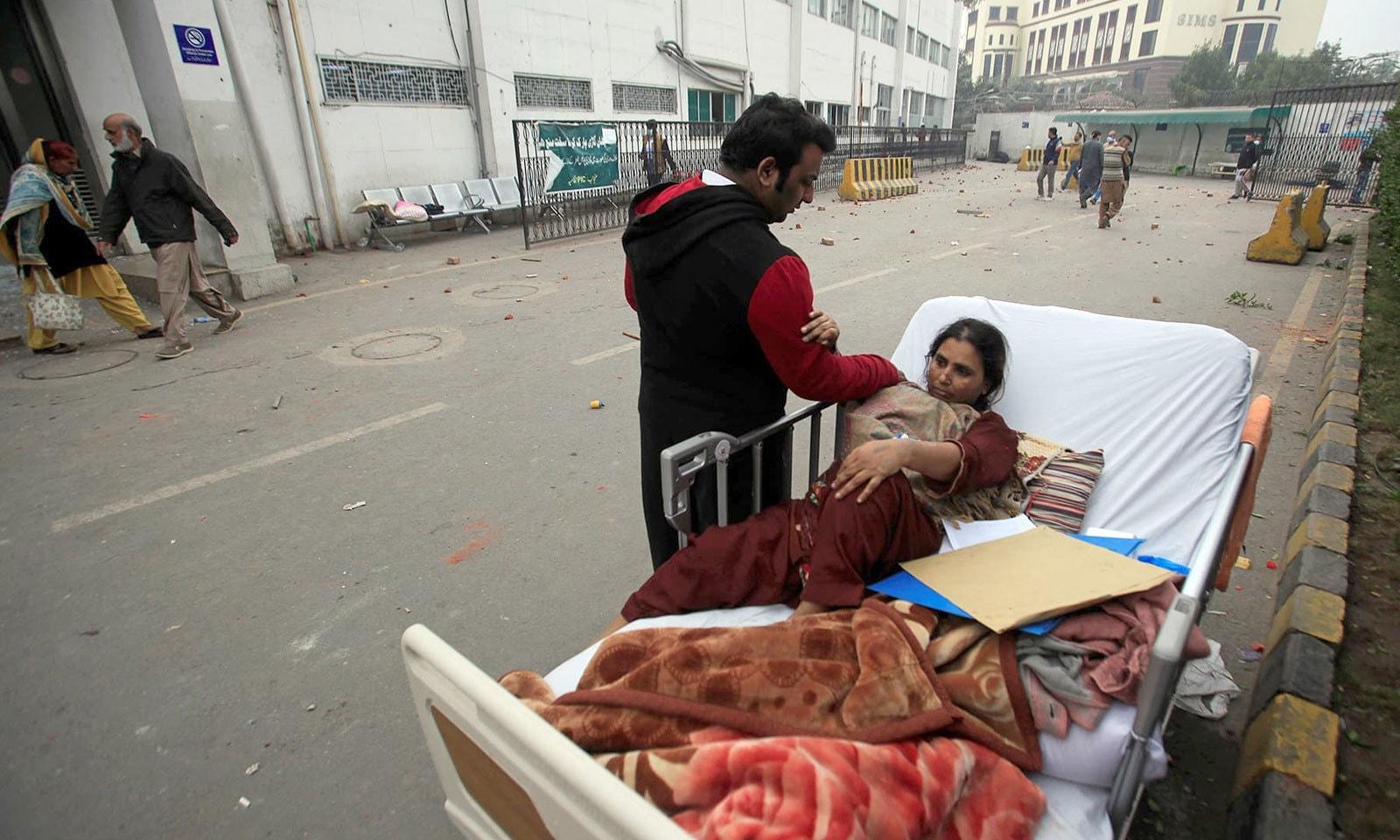 مریضوں اور ان کے اہلِ خانہ کو شدید مشکلات کا سامنا کرنا پڑا — فوٹو: رائٹرز