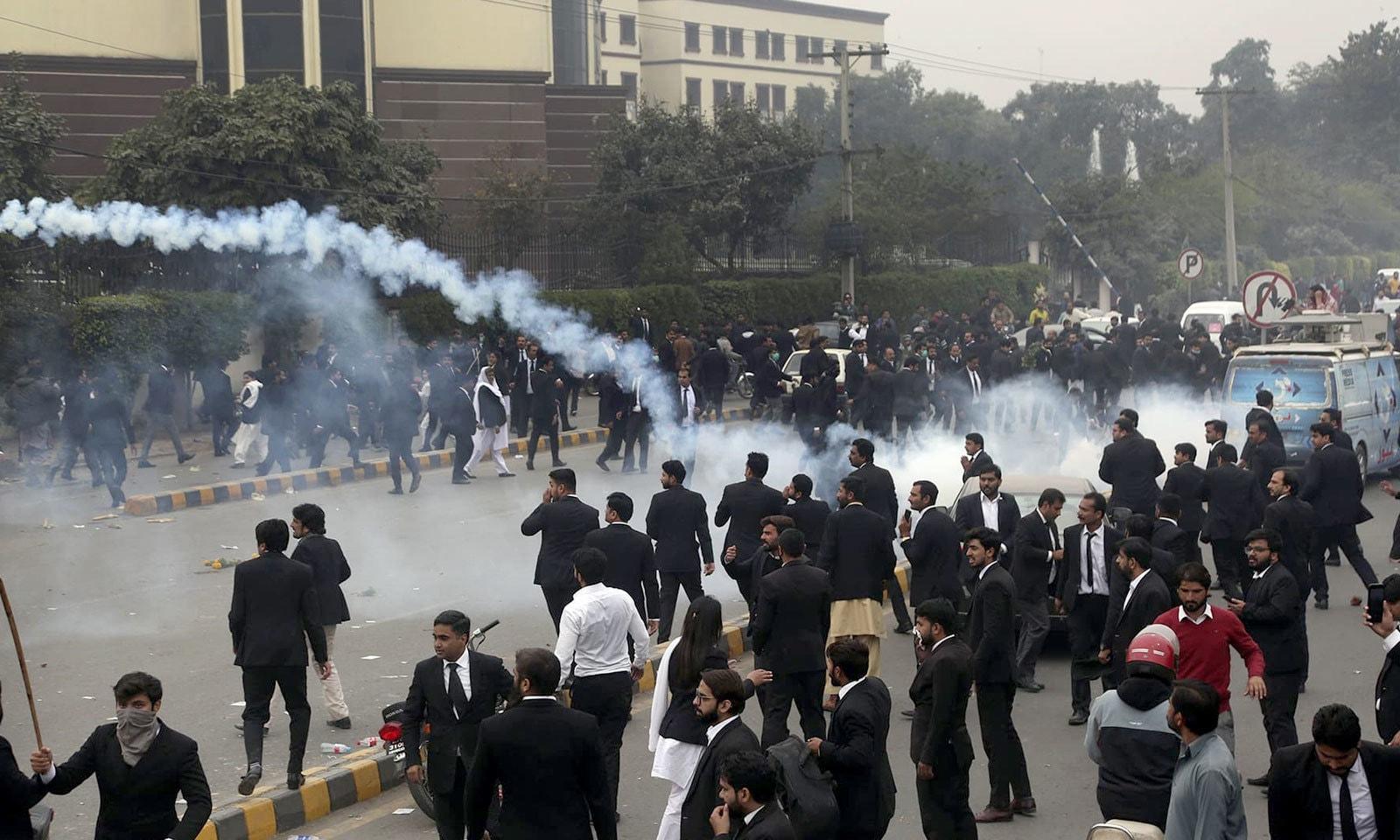 پولیس نے مشتعل وکلا کو منتشر کرنے کے لیے آنسو گیس کا استعمال کیا اور لاٹھی چارج بھی کیا — فوٹو: اے پی