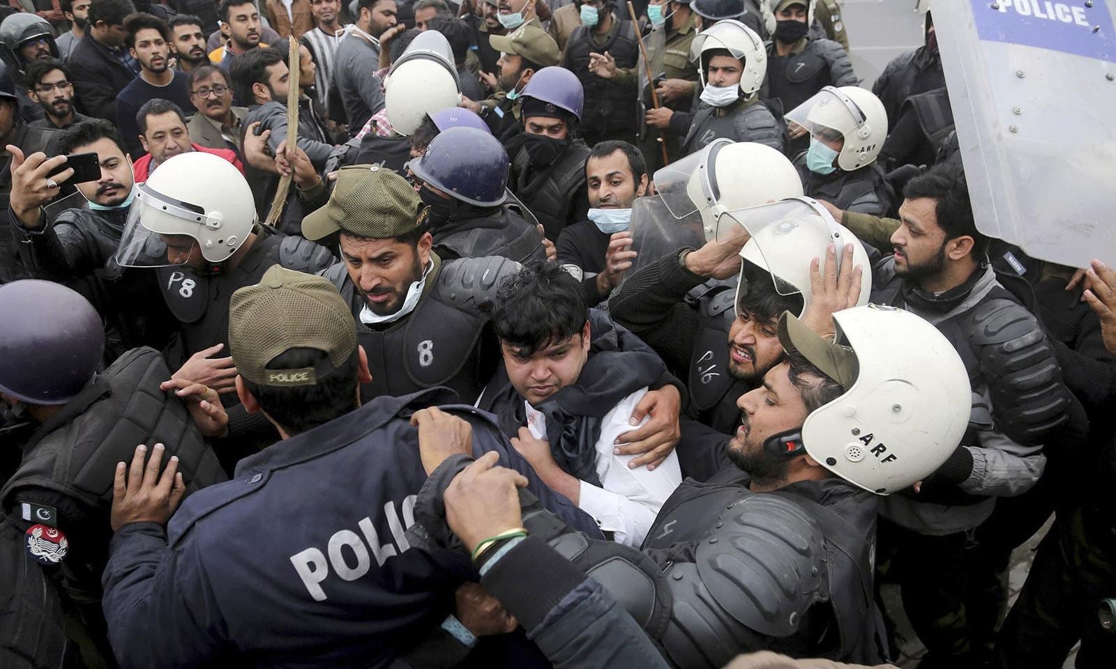 بگڑتی صورتحال کے پیش نظر پولیس کی اضافی نفری موقع پر پہنچی اور حالات پر قابو پانے کی کوشش کی — فوٹو: اے پی