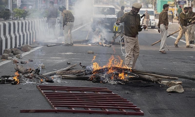 متنازع بل پاس ہونے کے بعد اب تک بھارت میں مظاہرے جاری ہیں—فوٹو: اے پی