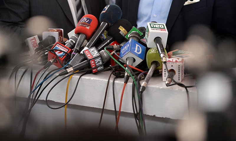حکومتی اراکین کی جانب سے بھی میڈیا اراکین کے ساتھ بدسلوکی کے واقعات سامنے آئے —تصویر: سی پی جے