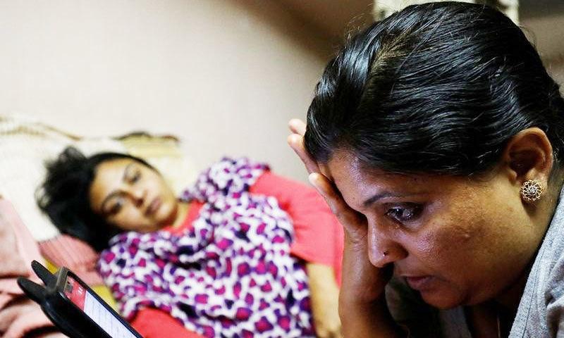 فون استعمال کرنے والی رینا مہلا کی 24 سال کی عمر میں شادی ہوئی اور ان کے شوبر بھی فرار ہوگئے—فوٹو: رائٹرز