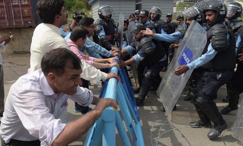 فرائض کی انجام دہی کے موقع پر بھی صحافیوں کو مشکلات کا سامنا کرنا پڑتا ہے —تصویر: اے ایف پی