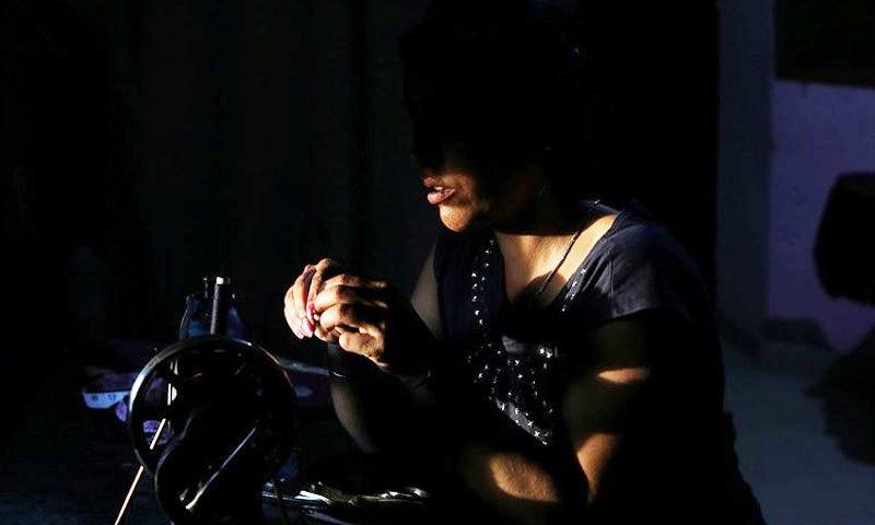 شوہروں کے چھوڑ کر جانے کے بعد ہماری حیثیت نہ تو کنواری لڑکی کی ہے، نہ ہی طلاق یافتہ اور بیوہ جیسی، نئی دہلی کی شوالی سمن—فوٹو: رائٹرز