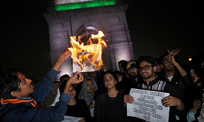 بھارتی دارالحکومت میں مظاہرین شہریت ترمیم بل کی کاپی احتجاجاً جلا رہے ہیں— فوٹو: رائٹرز