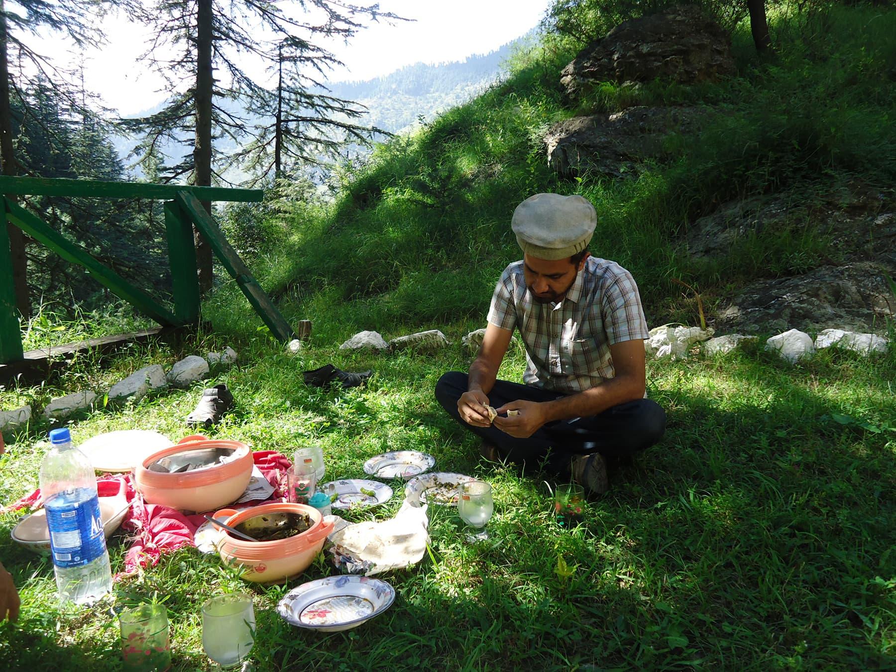 لذیذ روایتی کھانوں سے ہماری تواضع کی گئی—تصویر لکھاری