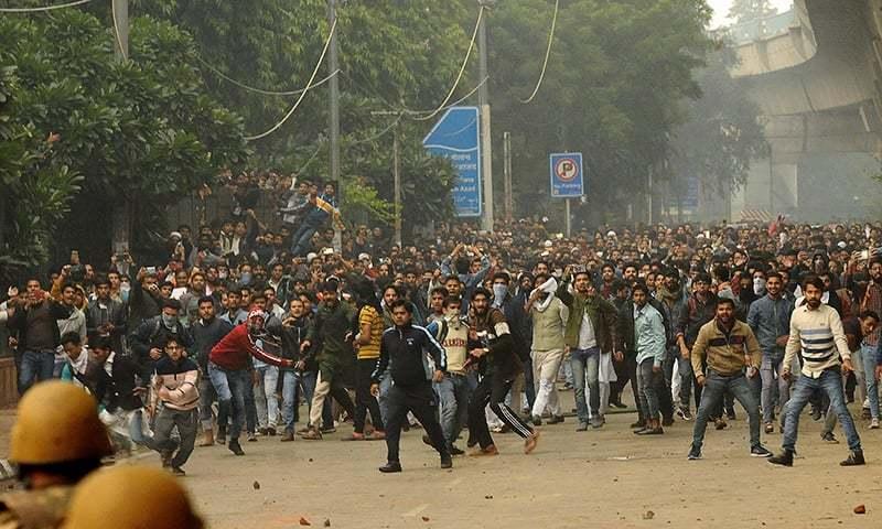 شہریت بل کے خلاف نئی دہلی کی جامعہ ملیہ اسلامیہ کے طلبہ نے بھی احتجاج کیا — فوٹو: اے ایف پی