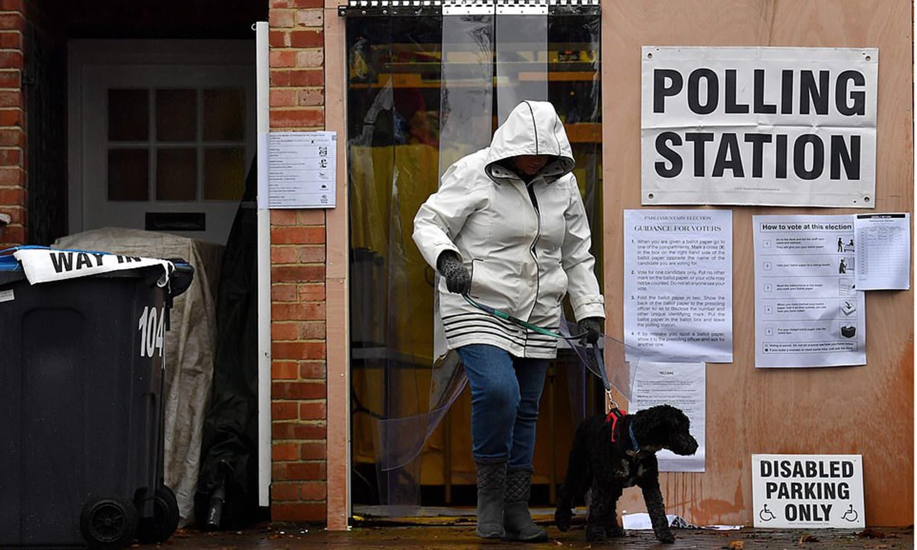 ایک شہری ووٹ ڈالنے کے بعد پولنگ اسٹیش سے باہر آرہا ہے—تصویر بشکریہ اے ایف پی