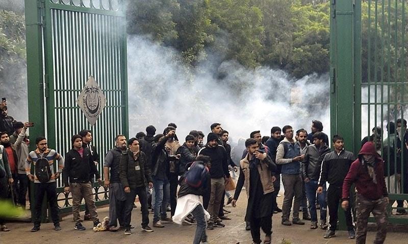 غیر مسلم تارکین کو شہریت دینے کے بل کے بعد سے بھارت میں مظاہرے زور پکڑ گئے—فوٹو: اے پی