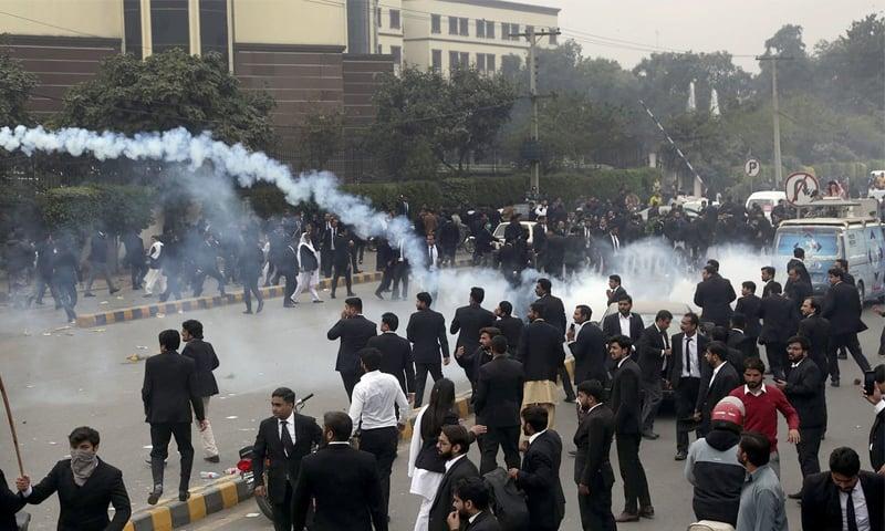 لاہور کے امراض قلب ہسپتال پر دھاوا بولا گیا تھا—فائل فوٹو: اے پی