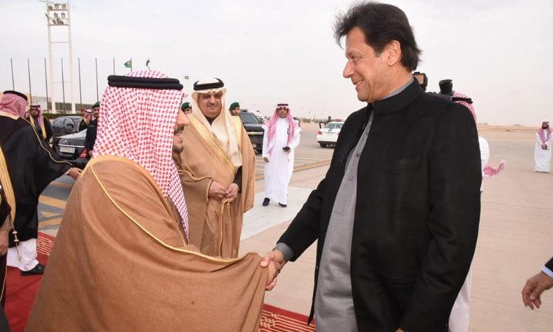 ریاض کے رائل ٹرمینل پر گورنر شہزادہ فیصل بن بندر بن عبدالعزیز نے وزیر اعظم کا استقبال کیا — فوٹو: وزیر اعظم ہاؤس